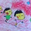 """R. 5 años. Marzo… ¡a las puertas de la Primavera! más de una niñ@ ya está pensando en el buen tiempo para disfrutar del parque, la playa, la montaña… en la mejor de las compañías: sus amig@s. Nuestra artista del mes, decidió dibujarse a ella con sus dos mejores amigas, casi como tres clones… me encantó el dibujo; no pude resistirme a enmarcarlo como el Dibujo del Mes de Marzo. Realizado en una hoja de A3, con rotulador fino negro, y pintado posteriormente con ceras blandas, el resultado fue muy divertido… medio hermanas por el parecido, medio orientales por los colores y rasgos de la clase… como poco un dibujo muy peculiar. """"Quien tiene una amiga, tiene un tesoro"""", MARZO 2016"""