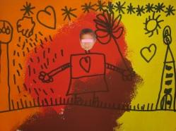 """Noviembre. Por lo menos, por mi tierra, ya comienza a notarse, de verdad, la llegada del Otoño (""""La Tardor"""", en valencià). El viento, la lluvia, los colores de las hojas, los días que se hacen más cortos... todos los síntomas señalan que el Otoño ha llegado para quedarse. Este momento es fantástico para trabajar los colores que destacan en esta estación del año, poner en práctica una técnica de Educación Artística, y ¿por qué no? recordar un poema infantil de una inolvidable poeta... OTOÑO LLEGÓ. Otoño llegó, marrón y amarillo. Otoño llegó y hojas secas escampó. El viento de otoño sopla soplará, con las hojas secas me dejan jugar Gloria Fuertes Para el siguiente dibujo, utilizamos la técnica de la estampación con esponjas. Tomamos de base una cartulina blanca y la cubrimos totalmente, estampando con esponjas mojadas en colores marrón, rojo, amarillo y naranja. La dejamos secar al menos un día, y después recortamos la cara de cada alumn@ para pegarla en el centro. A continuación, cada niñ@ dibujó con rotulador negro un bonito paisaje de Otoño, donde también, se representara a él mismo completando su cuerpo. ¿Qué os parece cómo quedó? """"La Tardor"""" NOVIEMBRE 2015"""