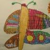 """Mayo, con una Primavera que casi destaca por su inexistencia, por fin, nos acoge con flores de bonitos colores, y mariposas como la que dibuja nuestra alumna Y. de 5 años. Realizada con un dibujo previo de rotulador fino color negro, fue coloreada con ceras negras MaxiDacs. Adoro los pequeños detalles, el uso de variados y coloridos tonos. """"Mariposa del aire"""", MAYO 2016"""
