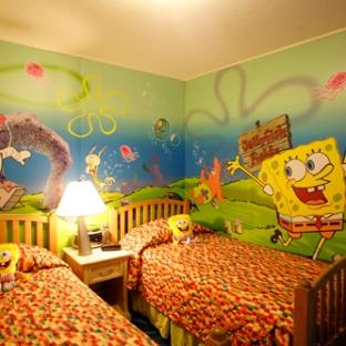 Nick Hotel Orlando ofrece habitaciones decoradas con los personajes animados del canal de televisión Nickelodeon, como Dora la exploradora y Bob Esponja.