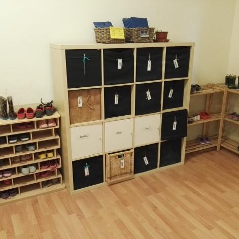 Mobiliario de organización a la entrada exterior del aula
